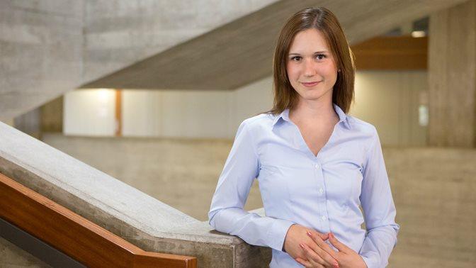 Studentin im Hauptgebäude